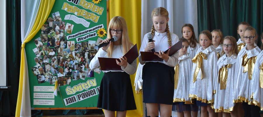Podczas apelu w szkole w Marzęcicach uczczono Dzień papieski