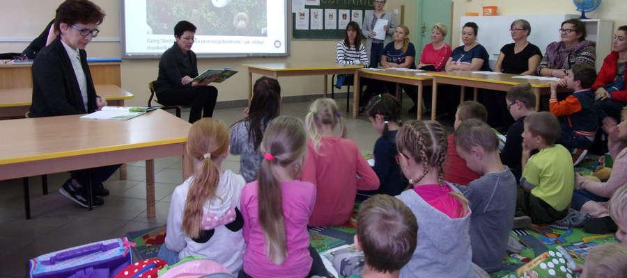 Podczas akcji czytania w szkole w Ostrowitem