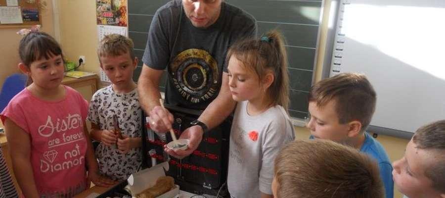 Spotkanie uczniów ze szkoły w Bratianie z technikiem kryminalistyki