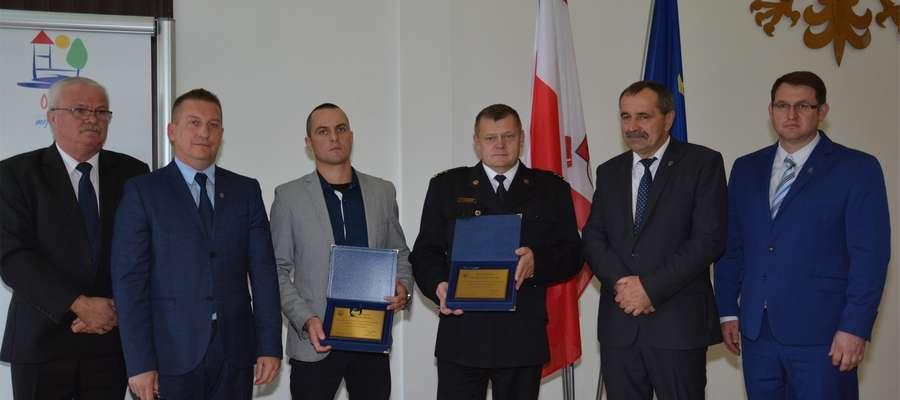 Tomasz Dunaj (trzeci z lewej) i komendant Robert Wiśniewski na sesji Rady Miejskiej w OLecku