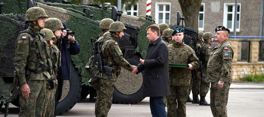 Kluczyki do nowych wozów bojowych wręczył żołnierzom Minister Obrony Narodowej Mariusz Błaszczak