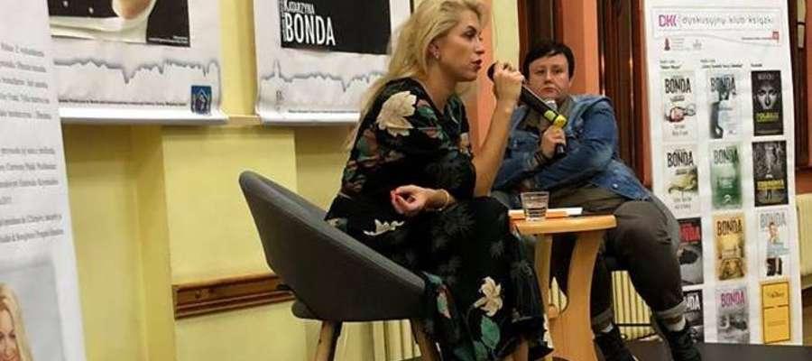 Katarzyna Bonda na spotkaniu z czytelnikami w Iławie. Spotkanie prowadziła pedagog Sylwia Lewandowska