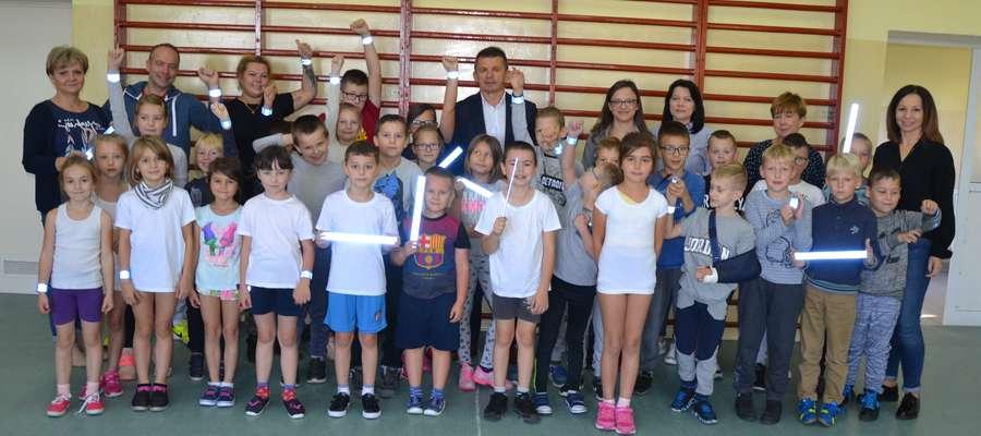 Dzieci ze wszystkich szkół podstawowych w gminie Ostróda otrzymały odblaskowe opaski, na zdjęciu uczniowie z Pietrzwałdu