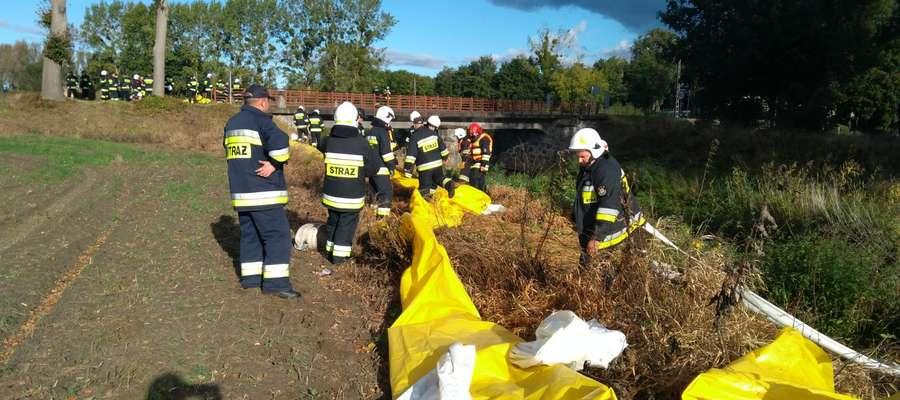 Ćwiczenia strażackie na rzece Wąskiej