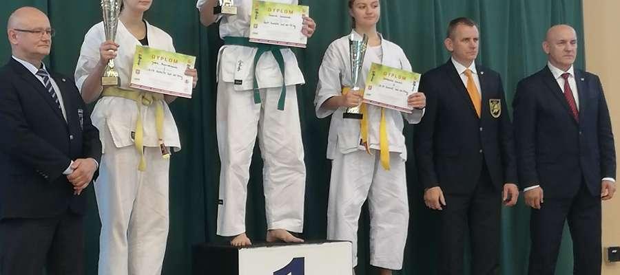 Julia Basiukiewicz na drugim stopniu podium podczas turnieju kwalifikacyjnego do ME kadetów w karate
