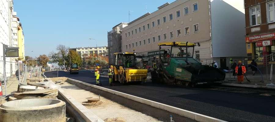 Kładzenie asfaltu na ul. Partyzantów