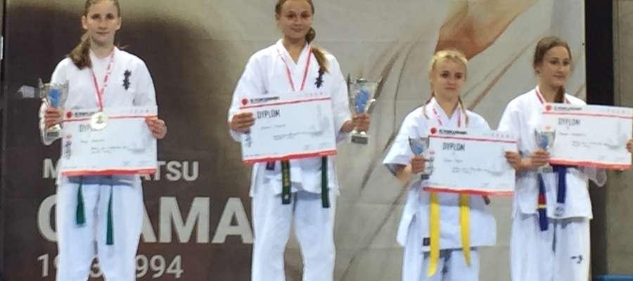 Kinga Kuklińska (pierwsza z lewej) na podium Mistrzostw Polski w Karate Kyokushin