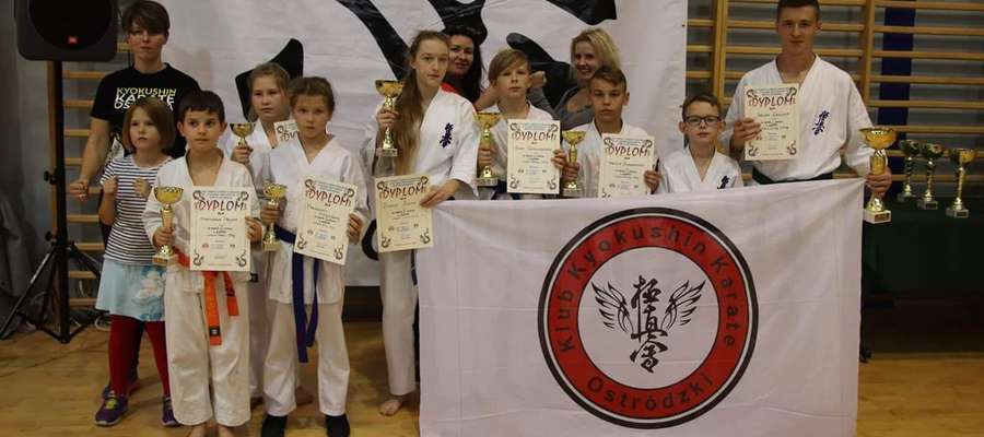 Ekipa ostródzkich karateków na turnieju Ciechanowie