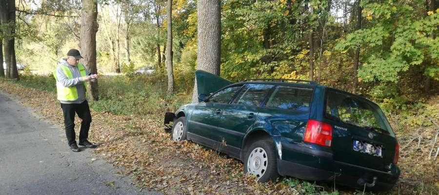 Na łuku drogi uderzył w drzewo. Kierowca trafił do szpitala