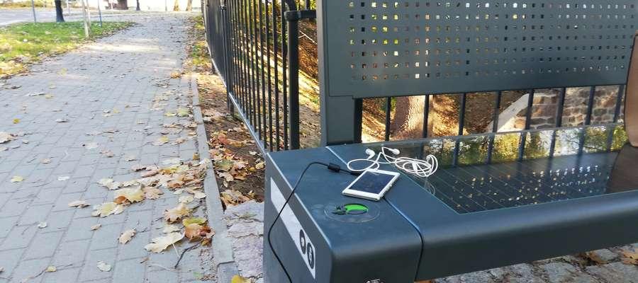 Ławka z panelami słonecznymi ładująca telefony w Lidzbarku Warmińskim