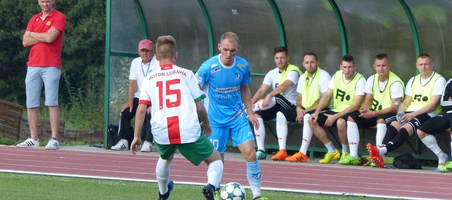 Zdjęcie ilustracyjne, mecz IV ligi Motor Lubawa — Jeziorak Iława (2:1 dla Motoru). Przy piłce Arkadiusz Kuciński z Jezioraka