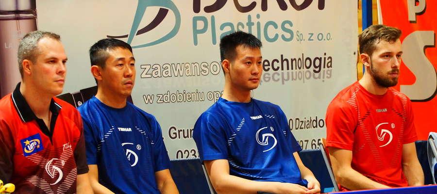 W ligowym meczu z Olimpią-Unią Grudziądz najcięższą przeprawę miał grający trener Dekorglassu Działdowo, Czech Jirzi Vrablik (pierwszy z lewej)