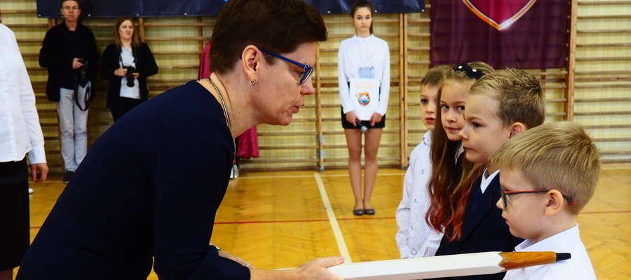 Pasowania dokonała dyrektor Szkoły Podstawowej nr 3 Joanna Karaszewska