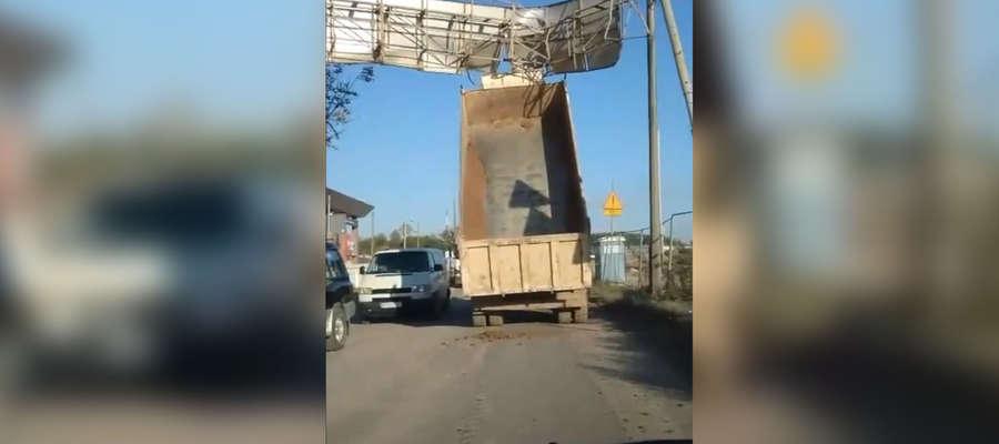 olsztyn towarowa ciężarówka zahaczyła o drogowskaz