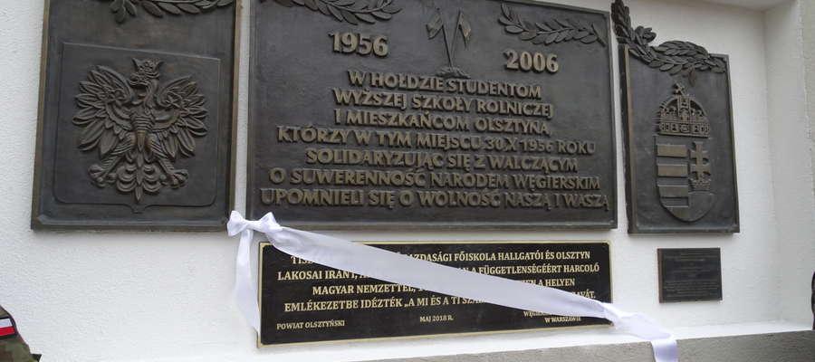 O wiecu solidarności informują tablice w języku polskim i węgierskim