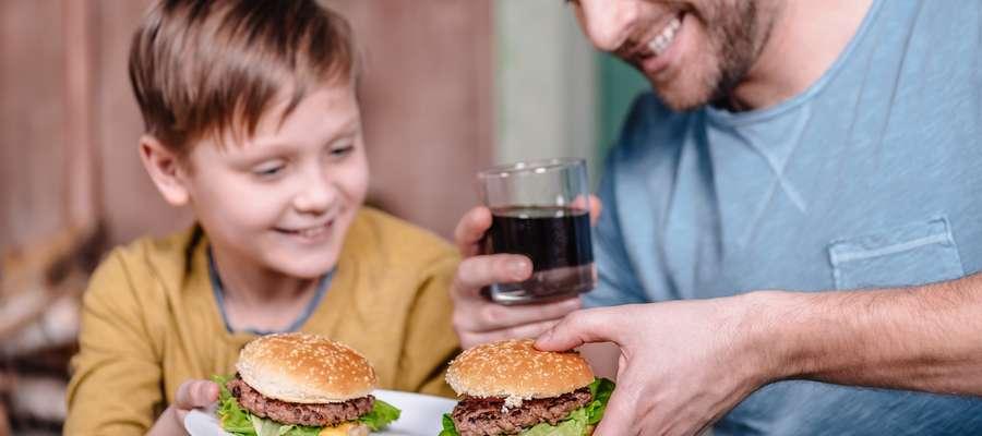 Nadwaga i otyłość to problemy, które coraz częściej dotykają również dzieci i młodzież.
