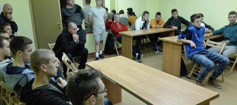 W hali Centrum Sportu i Rekreacji w Suszu pojawiło się dziewięciu przedstawicieli drużyn, które zgłosiły chęć uczestnictwa w rozgrywkach