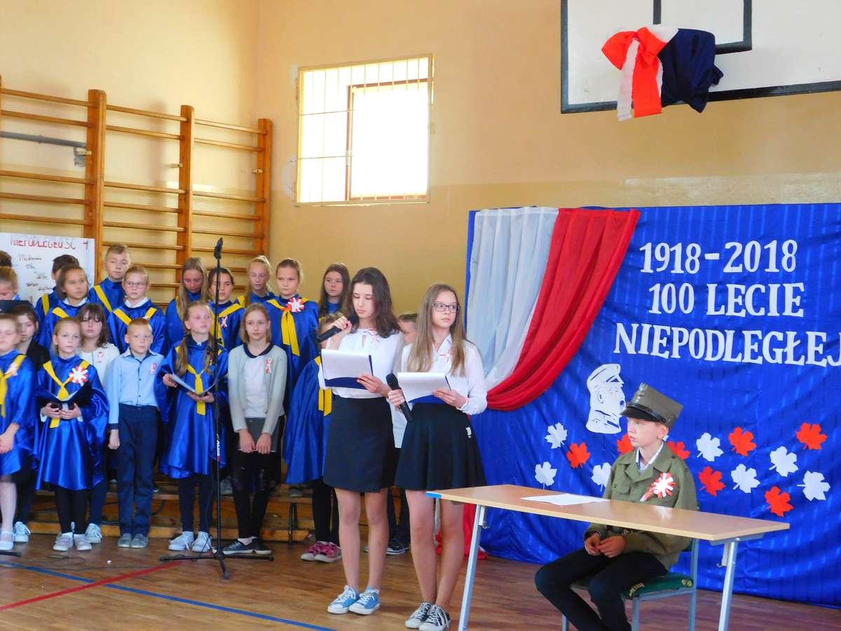 Uczniowie szkoły w Biskupcu podczas niepodległościowego spotkania