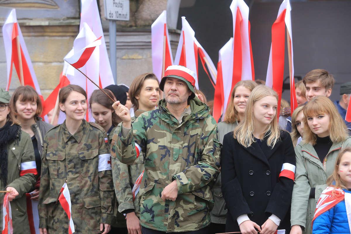 Radosny biało-czerwony marsz w rytmie werbli przeszedł ulicami Starego Miasta [VIDEO, GALERIA] - full image