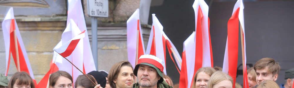 Radosny biało-czerwony marsz w rytmie werbli przeszedł ulicami Starego Miasta [VIDEO, GALERIA]