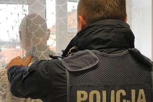 Przed policjantami schował się... za firanką