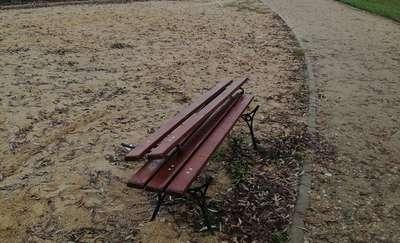 Zniszczone ławki, połamane kosze na śmieci. Urząd prosi o pomoc w schwytaniu wandali