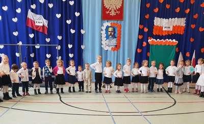 Dwa dęby pamięci na Święto Niepodległości w szkole w Tereszewie