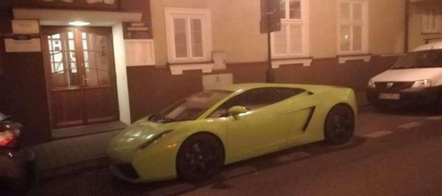 Lamborghini aventador przed budynkiem holelu Wkra
