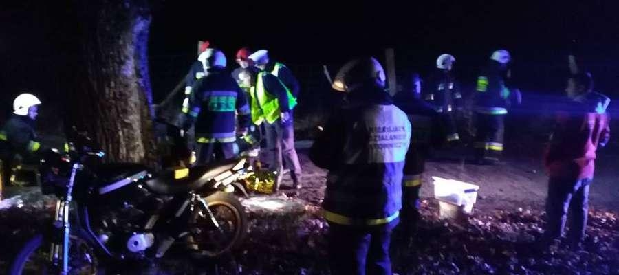 Jechał pod wpływem alkoholu, uderzył motorowerem w drzewo