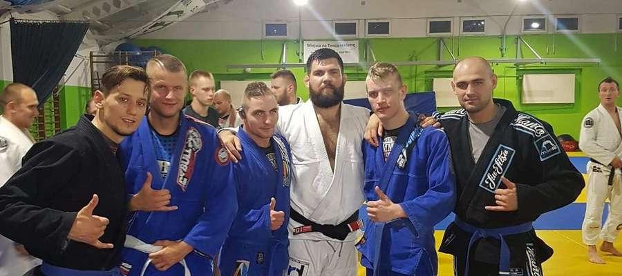Zawodnicy Arrachiona Iława praktycznie co roku mają okazję spotkać się z Amerykaninem Robertem Drysdale'em (w środku, białe kimono), który jest globalnym mentorem dla osób trenujących BJJ