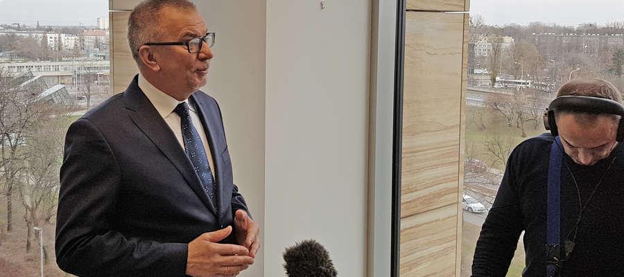 Po lewej Rzecznik Małych i Średnich Przedsiębiorców Adam Abramowicz podczas dzisiejszego nagrania dla jednej ze stacji telewizyjnych.