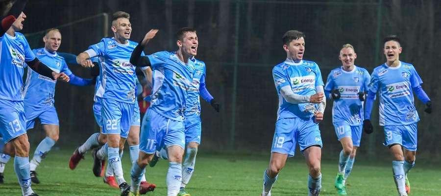 To zdjęcie dobrze pokazuje, ile dla piłkarzy Jezioraka znaczyła wygrana w meczu z GKS-em Wikielec (tu radość po golu Łukasza Suchockiego)