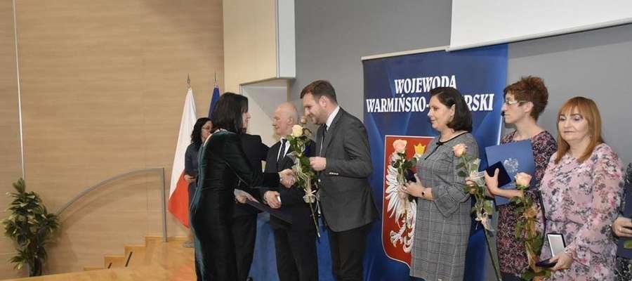 """W imieniu stowarzyszenia na rzecz osób niepełnosprawnych i profilaktyki zdrowia """"Jesteśmy razem"""" w Górowie Iławeckim, nagrodę odebrał prezes Piotr Baczewski"""