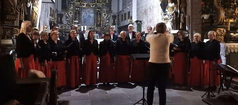 Nowomiejski chór Cantamus w głównej nawie kościoła