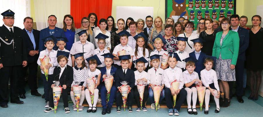 Pierwszaki z Radomna na pamiątkowej fotografii z gośćmi uroczystości