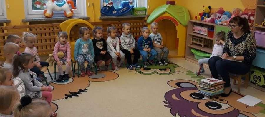 Pani Aneta zachęcała przedszkolaki do czytania i oglądania książek