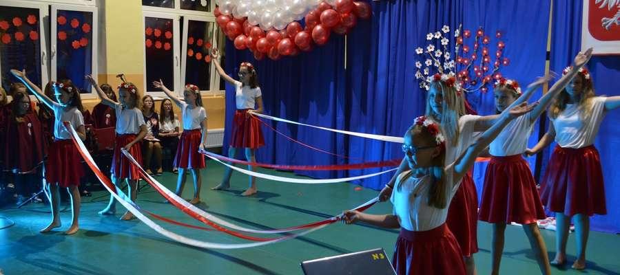 Występy uczennic szkoły w Brzoziu Lubawskim