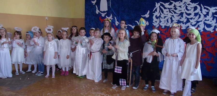 Uczniowie szkoły w Ostrowitem na balu
