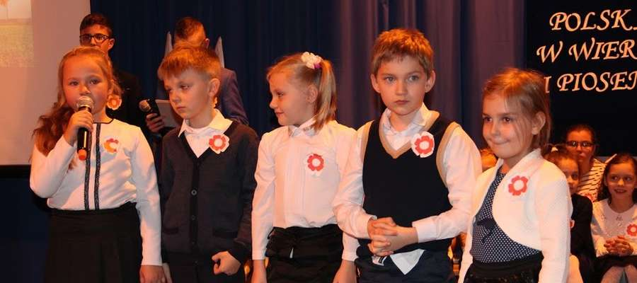 Uczniowie podczas niepodległościowych występów
