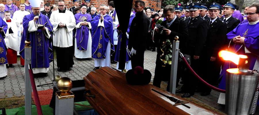 Uroczystościom żałobnym przewodził biskup toruński — Wiesław Śmigiel