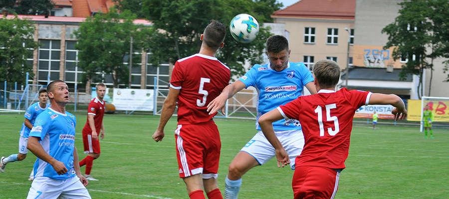 Piłkarze Jezioraka i GKS-u Wikielec podczas walki o górną piłkę. W Iławie goście wygrali wówczas 1:7. Jak będzie teraz?