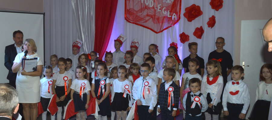 Na akademii z okazji odzyskania niepodległości w szkole w Zwiniarzu