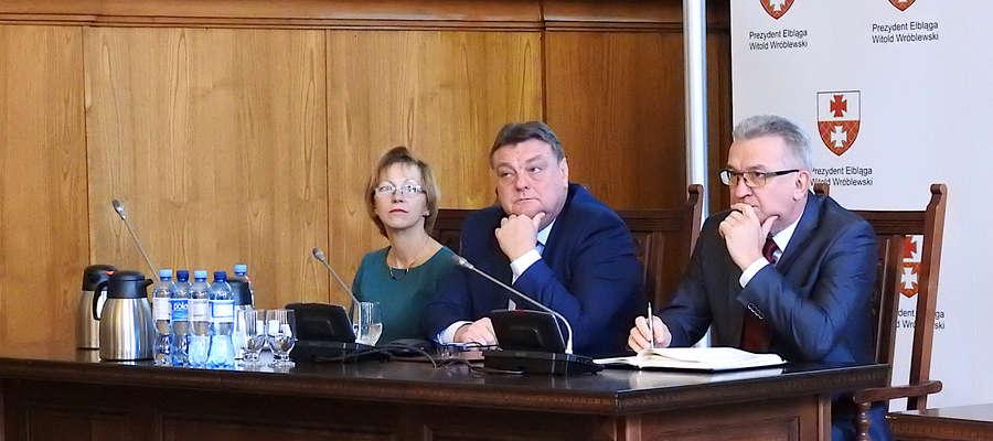 Od lewej: Rozalia Grynis (skarbnik miasta), Witold Wróblewski i Janusz Nowak
