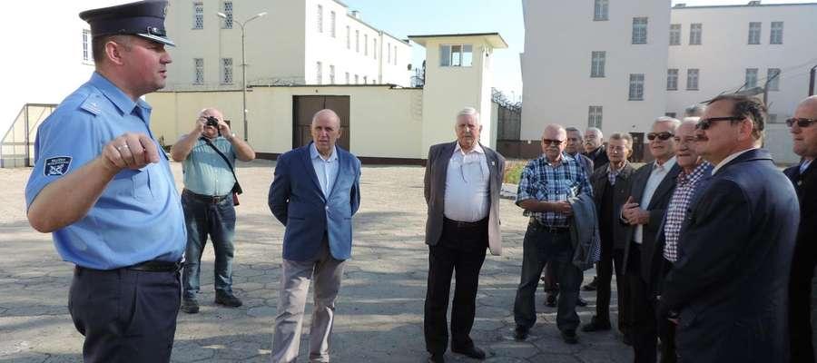 Emerytowanych pracowników ZK Iława zaprosił aktualny dyrektor mjr Jarosław Stawski (na zdjęciu z lewej)