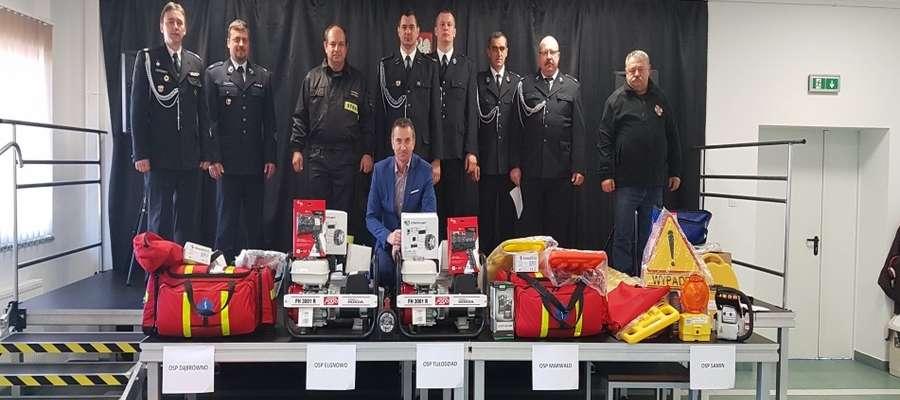 Nowy sprzęt strażakom ochotnikom przekazał wójt gminy Dąbrówno