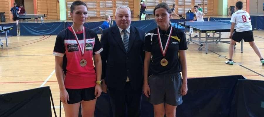 Magdalena Pieńczewska (z lewej) oraz Emilia Włodarska (z prawej), a w środku organizator mistrzostw Benedykt Czarnecki