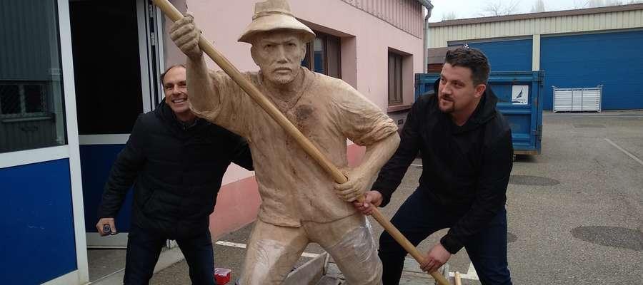 Piotr Bogdaszewski (z prawej) podczas próby montażu rzeźby rybaka z łódką w Illkirch-Graffenstaden