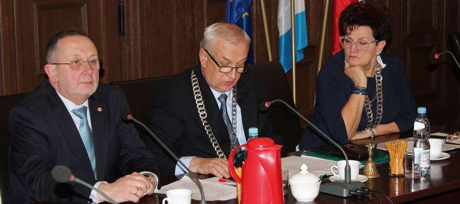 Od lewej wicestarosta Paweł Długoborski, przewodniczący Rady Powiatu Bogdan Kossakowski i starosta Barbara Kuźmicka-Rogala
