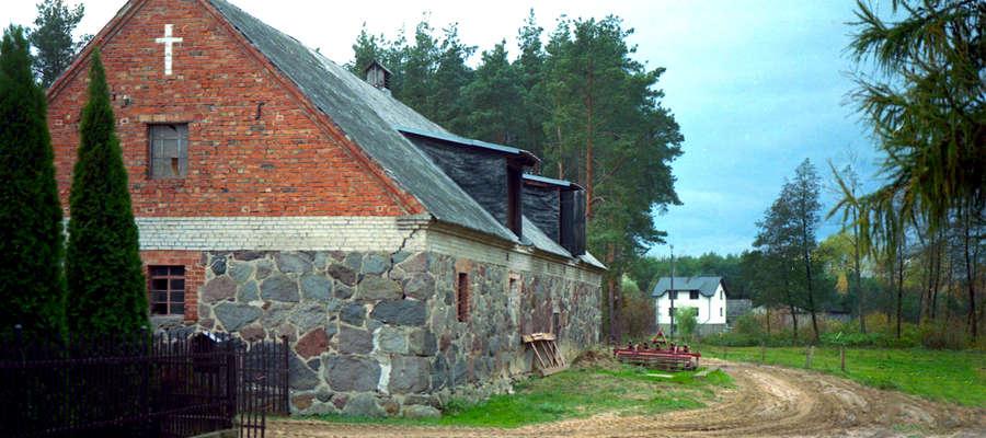 Kamienno - ceglana szopa z XIX wieku w Nielbarku