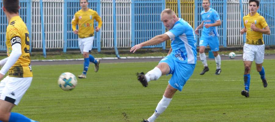 Daniel Madej (Jeziorak) zaliczył dwa trafienia w meczu z Olimpią II Elbląg. Zwłaszcza gol  z 30 minuty był szczególnej urody